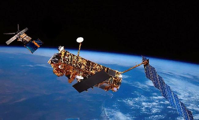 歐洲衛星編隊飛行示意圖 國防動員網訊 據國防科技信息網報道歐空局ERS-2和Envisat衛星已經進行了最後一次編隊飛行,本次飛行的數據將對冰川和低窪海岸線地區形成3D模型。 1991年,歐空局發射ERS-1衛星,開啟科學對地觀測時代,1995年又發射了ERS-2,2002年發射了Envisat。2010年的編隊飛行繼續著早期衛星聯合作業的工作。編隊衛星使用的技術是合成孔徑雷達干涉法 (InSAR),已經證明,在監視冰川、探測地表變形和建造數字演進模型方面很有效果。 第四次編隊飛行活動起止時間是從201