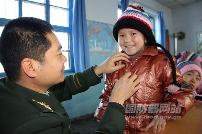 新疆塔城边防:寒冬关爱困难儿童——中国国防动员网