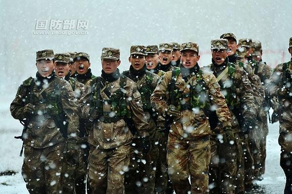 新疆塔城军分区某边防团组织官兵在大雪中实弹射击